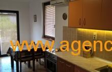 Apartman Dzeri Sokobanja - kuhinja sa trpezarijom sa svim osnovnim posudjem i escajgom, klima uredjaj